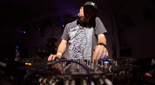 O DJ em ação com seu arsenal de músicas e a camiseta do Joy Division, uma de suas bandas preferidas