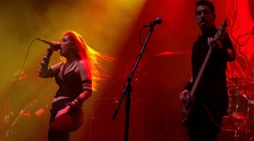 Hatefulmurder: Renan Campos (guitarra, na fumaça), a vocalista Angélica Burns e Felipe Modesto (baixo)