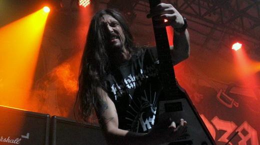 Marco Donida, atração da noite, empunha a guitarra flying V com a garra inerente ao metal extremo