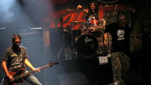 O esbelto baixista Dony Escobar, Jimmy London gesticulando e o ótimo baterista Jonas ao fundo