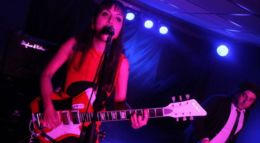 Flávia Couri, agora como front leader com a guitarra em punho no rock de garagem do The Courettes