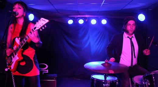 Duplinha barulhenta: Flávia na guitarra e o baterista dinamarquês Martin Couri destruindo tambores