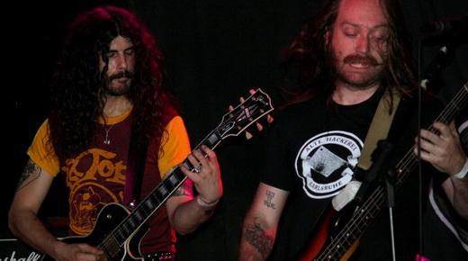 Landau e o baixista Court Murphy tocam juntos em uma das partes instrumentais do show do The Shrine