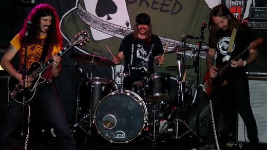 The Shrine na detonação punk/classic rock: Josh Landau, o baterista Jeff Murray e Court Murphy