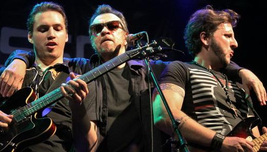 Nova entre os guitarristas Drake Nova, seu filho, e Leandro Dalle, que dão um sério up grade ao Camisa