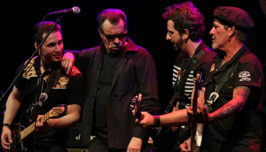 Diversão na beirada do palco: Drake Nova, Marcelo Nova, Leandro Dalle e o baixista Robério Santana