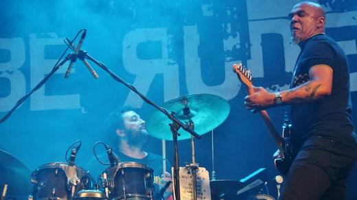 Clemente, também Inocentes, toca guitarra em frente ao baterista substituto da Plebe, Txotxa