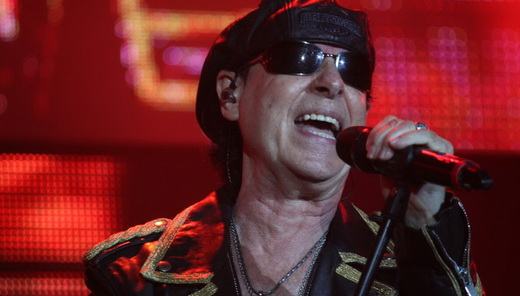 O vocalista do Scorpions, Klaus Meine, demonstra ótima forma e canta até 'Cidade Maravilhosa'