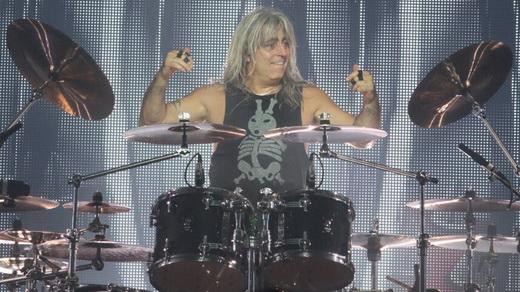 O baterista Mikkey Dee, integrado ao Scorpions, homenageia Lemmy em 'Overkill', do Motörhead