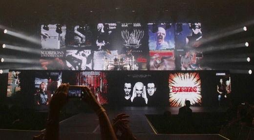 As capas dos álbuns do Scorpions vão surgindo no telão a cada batida de Mikkey Dee na bateria