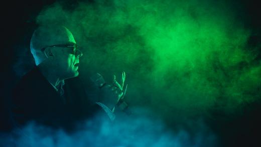 A enevoada figura do emblemático vocalista do Sisters Of Mercy, Andrew Eldritch, surge das trevas