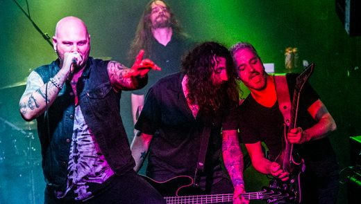Björn Strid, o baixista Markus Wibom, o guitarrista Sylvain Coudret e o tecladista Sven Karlsson, no fundo
