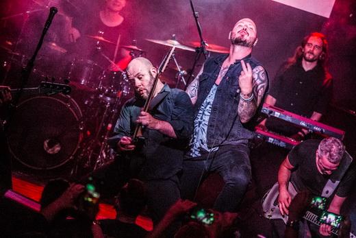 O baterista Bastian Thusgaard, o guitarrista David Andersson debulhando, Strid, Karlsson e Coudret
