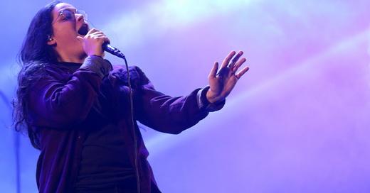 Olho vivo: uma das vocalistas do Far From Alaska, Emmily Barreto, começa o show usando óculos