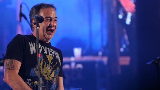 O vocalista Nasi se diverte no show do Ira!, depois de um início um pouco difícil no Porão do Rock