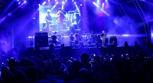 Vista geral de um dos palcos principais do Porão do Rock desse ano, com a Nação Zumbi no palco