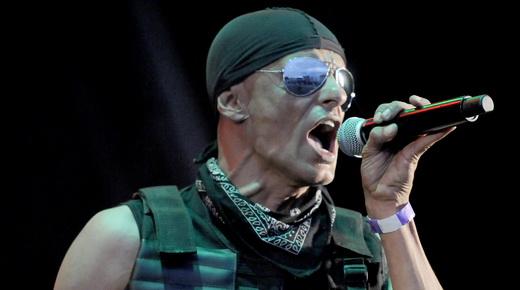 O líder do Os Til, Telo, cuja parceria em várias músicas do Raimundos não passa desapercebida