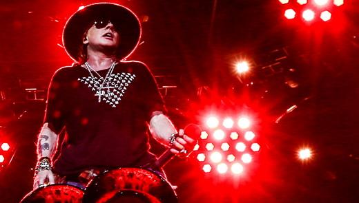 O re-humanizado Axl Rose mostra melhor forma física e vocal no show da reunião com Slash e Duff