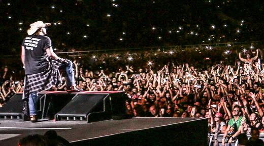 Axl Rose diante da multidão que encheu o Engenhão, no Rio, para o ótimo shows de reunião do Guns