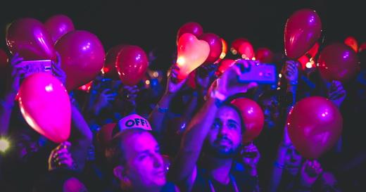 Imagem com os fãs que encheram bolas de gás e iluminaram com lanternas durante 'November Rain'