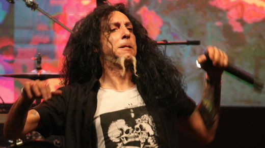 O vocalista do Korzus, Marcelo Pompeu, mostra boa forma no ótimo show do domingo no Hell In Rio