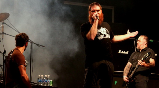 Em ação: o baixista Dony Escobar, com as pernas arcadas, Jimmy London e o guitarrista Maurício