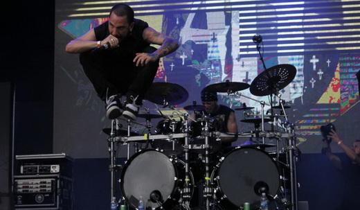 Metal soco na cara: o vocalista do Project46, Caio MacBeserra, alça voo no palco do Hell In Rio