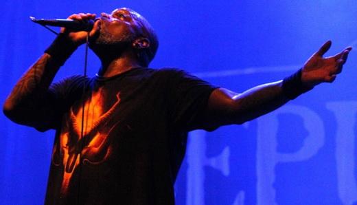 O vocalista do Sepultura, Derrick Green, liderando o quarteto na primeira noite do Hell In Rio
