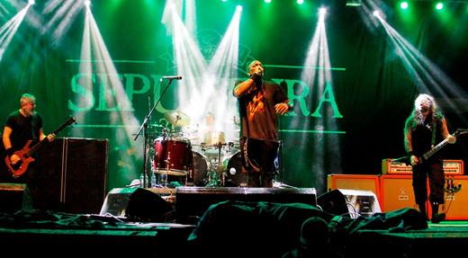 O baixista Paulo Jr, Derrick e o guitarrista Andreas Kisser, com o baterista Eloy Casagrande no fundo