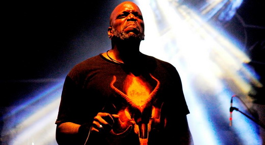 Há quase 20 anos no Sepultura, Derrick é hoje peça chave para o grupo, que lança disco em janeiro