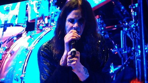 Show possível: o vocalista do Black Sabbath, Ozzy Osbourne, apoiado no pedestal do microfone