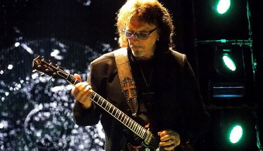 O guitarrista Tony Iommi, tocando do modo personalíssimo, marca registrada do Black Sabbath