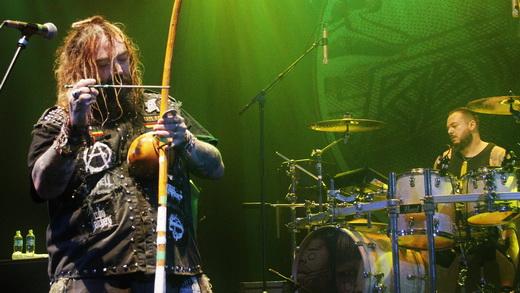 Max toca o berimbau que ele próprio inseriu no metal mundial há 20 anos; Iggor destrói  no fundo