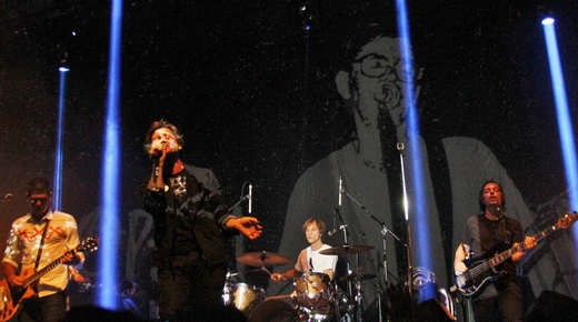 A imagem de Renato Russo projetada no fundo do palco: em algum lugar ele também se diverte