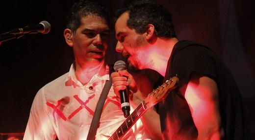 Dado ao lado do ator Wagner Moura, que canta em duas músicas e é mais fotografado que aplaudido