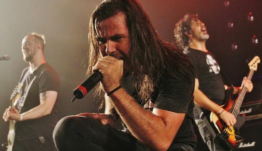 Pau pra toda obra: o ótimo vocalista Jonathan Correa, entre Niper Boaventura e Raphael Miranda
