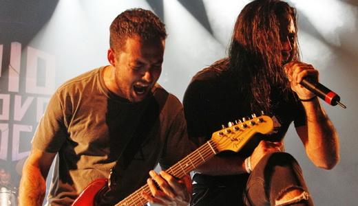 Theo Van Der Loo, que canta todas, aqui na guitarra, e Jonathan, agitam na beirada do palco