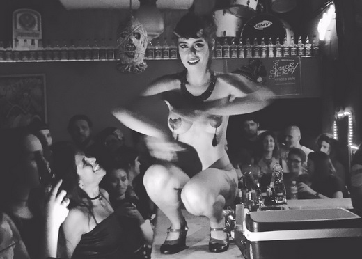 Tudo culpa da Mulher Diabo: Larissa Maxine encarna o personagem do Matanza em pleno balcão do Saloon