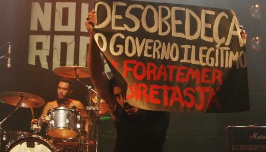 Gregory ergue o cartaz com o clamor nacional já na parte incial do show do Overdivre Saravá