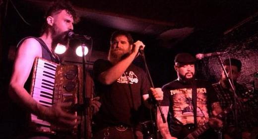 Low profile: comportado, o vocalista do Matanza, Jimmy London, assume o comando no show do RATS