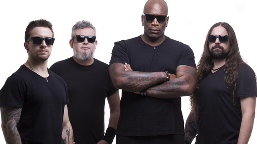 A entrosada atual formação do Sepultura: Eloy Casagrande, Paulo Jr, Derrick Green e Andreas Kisser