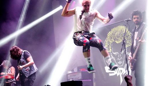 Punk que é punk tem que pular alto e se esborrachar no chão sem medo de se quebrar, né, Supla?