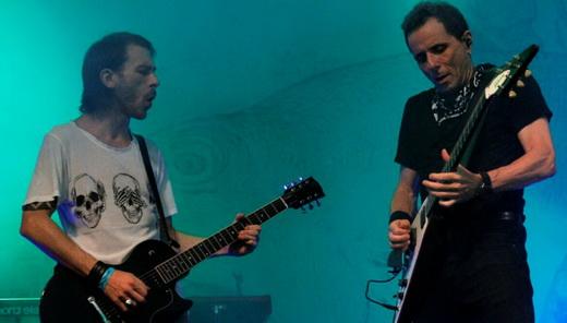 Beto Lee, o novo guitarrista do Titãs, em momento duelo de guitarra com o motorzinho Tony Bellotto