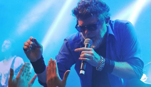 Branco Mello, que divide os vocais e o baixo com Sérgio Britto, cumprimentando o público no Circo
