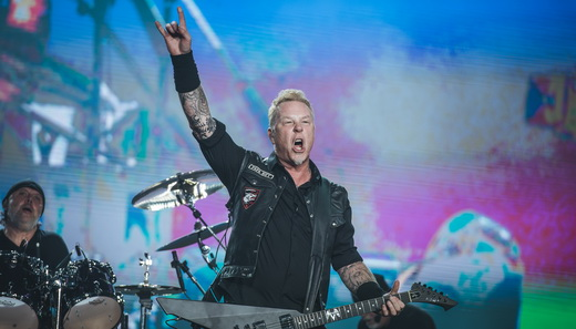 O líder do Metallica, James Hetfield, faz o símbolo do metal no encerramento da noite de sábado do Lolla