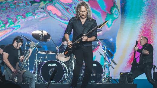 O baixista Robert Trujillo, o baterista Lars Ulrich, atrás, o guitarrista Kirk Hammett e James Hetfield