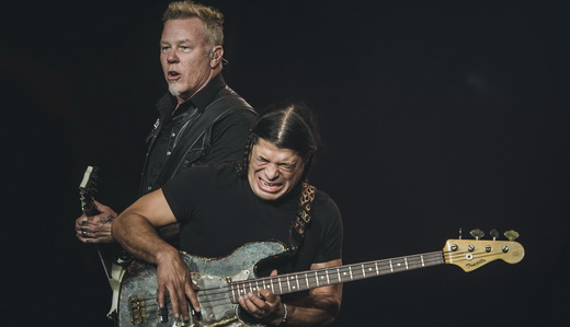 James Hetfield agitando com Robert Trujillo e suas caras e bocas, no início do show do Metallica