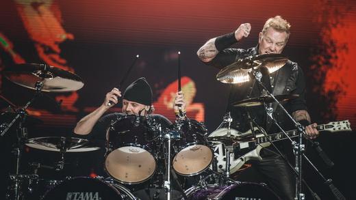 Membros fundadores do Metallica: Lars Ulrich recebe James Hetfield no praticável de sua bateria