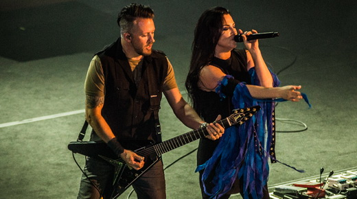 O guitarrista Troy McLawhorn, que centraliza os solos, toca ao lado de Amy Lee no início do show
