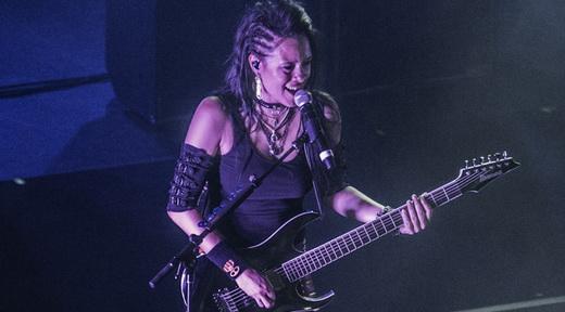 A nova guitarrista do Evanescence, Jen Majura, em performance por ora bastante discreta